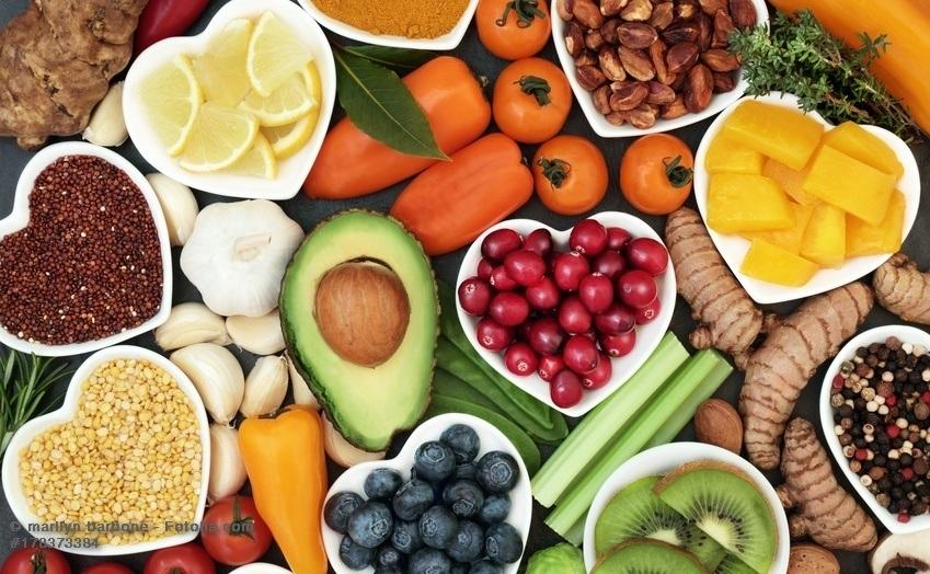 Viele Gemüse und Früchte auf dem Tisch