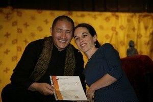 Sonja Dübendorfer bei der Zertifikatsübergabe mit Lama Tulku Lobsang