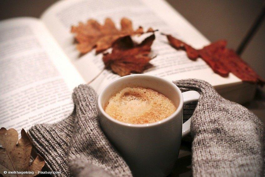 Warmer Kaffee und Buch